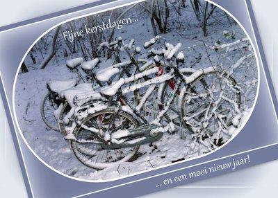 Fietsen in de sneeuw (Ansichtkaart groot)