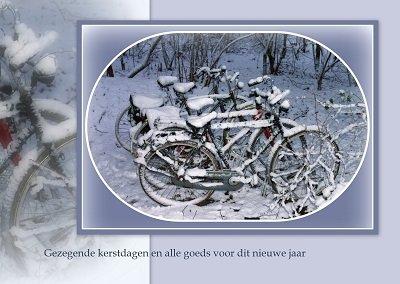 Fietsen in de sneeuw (Ansichtkaart)